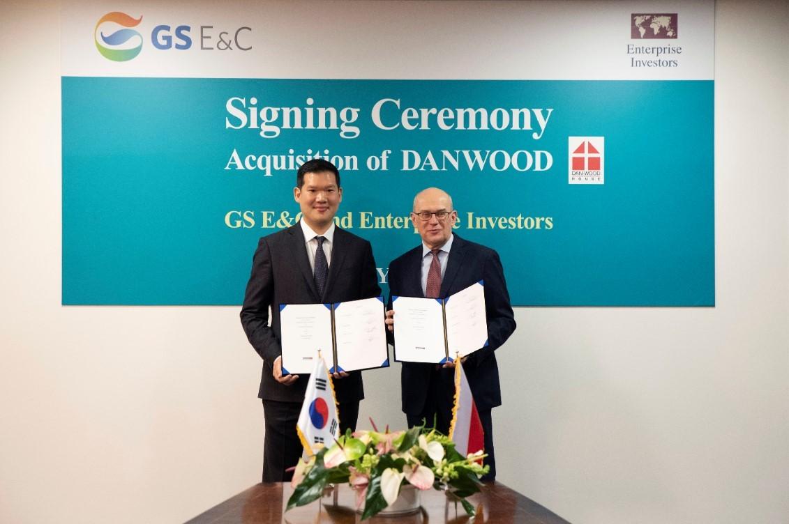 Chủ tịch New Business của GS E&C ông Huh Yoon-hon (trái) và Chủ tịch Nhà đầu tư Doanh nghiệp ông Jacek Siwicki tại buổi Ký kết hợp tác mua lại Trụ sở của Danwood, tại Bialystok, Balan