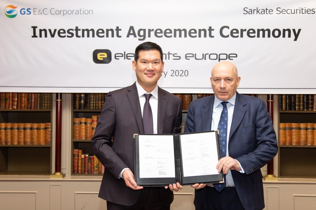 Chủ tịch New Business của GS E&C ông Huh Yoon-hong và lãnh đạo Element European ông Roland Pickstock tại buổi lễ Ký kết hợp tác.