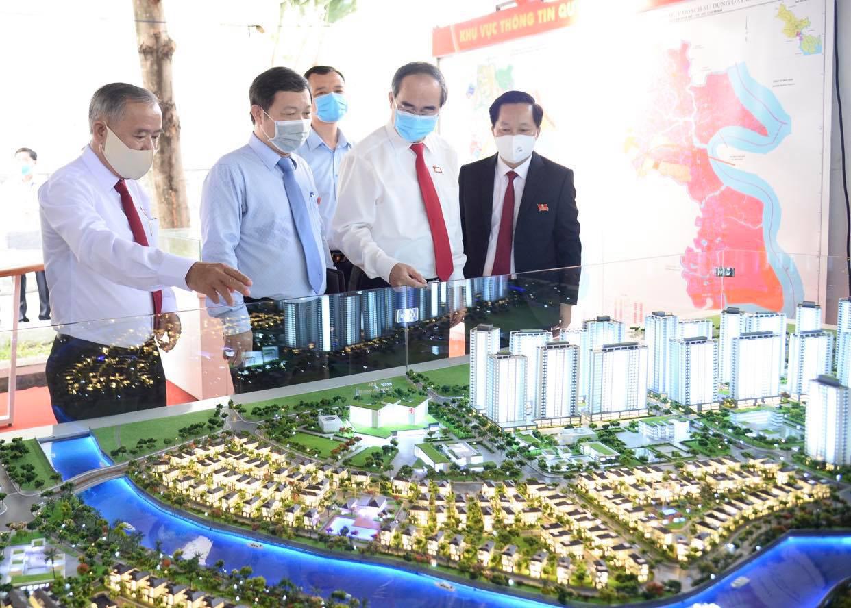 Bí thư Thành Ủy TP.HCM Nguyễn Thiện Nhân tham quan mô hình dự án siêu đô thị ZEITGIEST tại Đại hội - Ảnh: Tự Trung - Nguồn: tuoitre.vn
