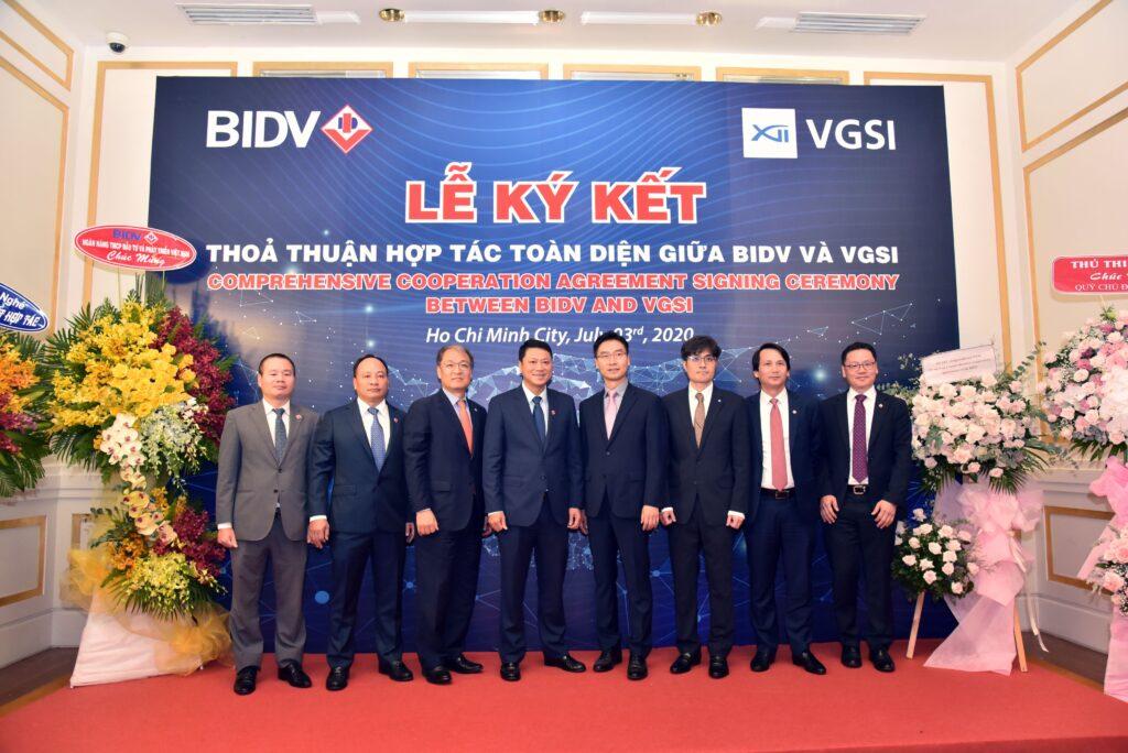 Đại diện Ban lãnh đạo 2 bên chụp hình kỷ niệm tại buổi lễ Ký kế hợp tác toàn diện giữa VGSI và BIDV